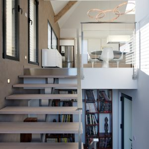 Construction collectif toiture à quatre pans - bibliothèque, escalier et salle à manger