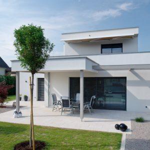 Construction à toit plat - façade avant et jardin