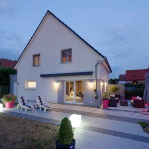 Construction à toiture deux pans - façade arrière, terrasse et jardin