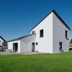 Construction à toiture audacieuse - façade arrière, terrasse et jardin