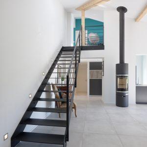 Construction à toiture audacieuse - escalier et poêle