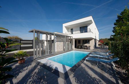 Maison à toit plat et piscine