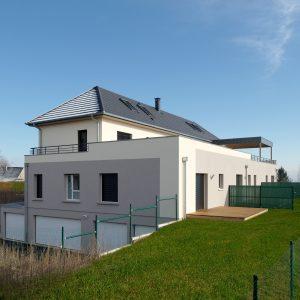 Construction collectif toiture à quatre pans - façade arrière, flanc et garages
