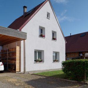 Rénovation à toiture deux pans - façade avant et carport