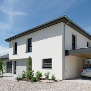 Construction à toiture quatre pans - façade arrière et carport