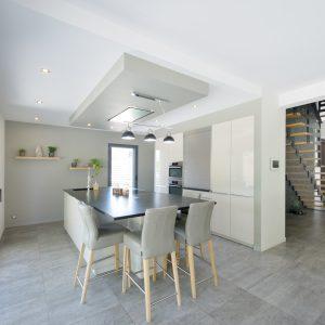 Construction à toiture audacieuse - cuisine et escalier