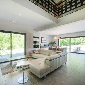 Construction à toiture audacieuse - salon et terrasse