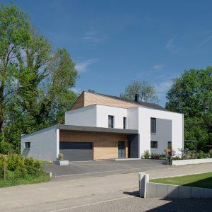 Construction à toiture audacieuse - façade avant et garage
