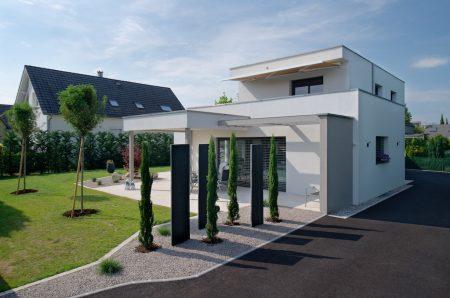Maison à toit plat et jardin