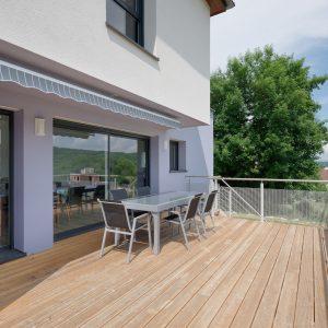 Construction à toiture quatre pans - terrasse
