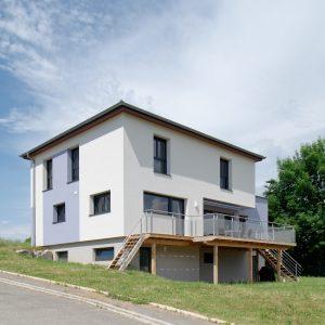 Construction à toiture quatre pans - façade arrière et terrasse