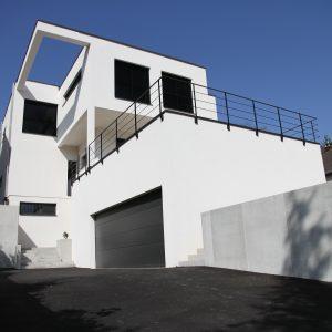 Construction à toit plat - façade avant, balcon et garage