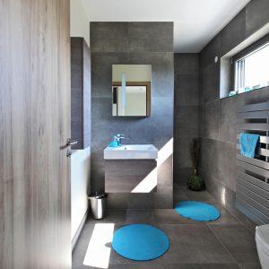Construction à toiture deux pans - premier étage, salle de bain