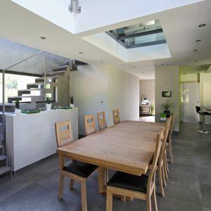 Construction à toiture deux pans - cuisine, salle à manger et escalier
