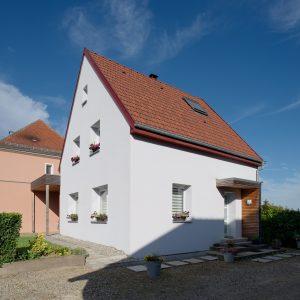 Rénovation à toiture deux pans - façade avant et entrée