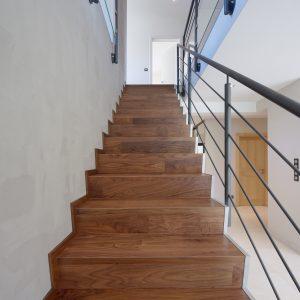 Construction à toiture quatre pans - escalier